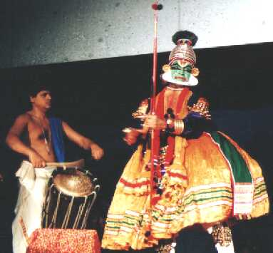 Kalamandalam Vijayakrishnan performing on chenda